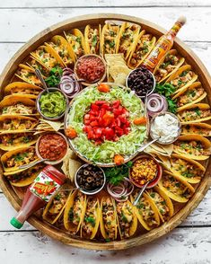 For summer hosting, enjoy this Easy Taco Recipe Dinner Board for a large gathering. Make crunchy tacos with turkey, beef, chicken, or pork! Happy # Food and Drink dinner ideas Easy Taco Recipe Dinner Board Party Food Platters, Party Trays, Party Buffet, Taco Bar Buffet, Cheese Platters, Cheese Table, Party Dishes, Mini Tacos, Snacks Für Party