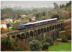 https://flic.kr/p/dDosvY | Durrães 20-12-12 | Locomotiva Diesel Nº1424 como comboio Presidencial, realizando ensaios de via, depois de uma profunda intervenção de conservação e restauro.