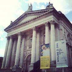 Inagurada en 1897, Tate Britain fue la primera de las galerías Tate de Gran Bretaña. Posee la colección más amplia de arte británico a nivel mundial.  The gallery is open every day 10.00–18.00.