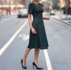 LOVE this Style and color w/length of dress at the knee! The Classy Cubicle: forest green midi dress with ruched side panels Fashion Blogger Style, Work Fashion, Modest Fashion, Fashion Dresses, Modest Dresses, Modest Outfits, Pretty Dresses, Beautiful Dresses, Midi Dresses