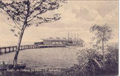 """1925, El Puerto de Cutuco está situado en la Bahía de La Unión, Golfo de Fonseca. Fue construido en el año de 1915 por la empresa llamada """"The Internacional Railway of Central América (IRCA)""""; durante gran cantidad de años funcionó como estación Terminal de ferrocarril, utilizándose para el traslado de carga a granel líquida y para pasajeros. El puente que permitía el acceso al muelle tuvo una longitud de 150 metros y 4.9 metros de ancho. Foto del puerto Cutuco: gracias a CEPA."""