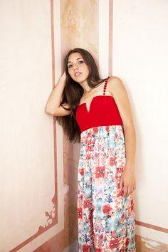 Vestido largo de seda estampada con original escote realizado en crep rojo y tirantas de piedras engamada.