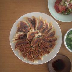 きょうの140字ごはん  @140words_recipe  【柴漬餃子】白菜はみじん切りしてから茹でで、水気をきつくしぼり、かさと水気をぐっと減らしておく。これだけが手間。豚と牛の合挽き(塩胡椒)200gと柴漬け80gと卵白をよく練ってから、ねぎみじん切り、白菜を加え、皮で包んで焼くだけ。