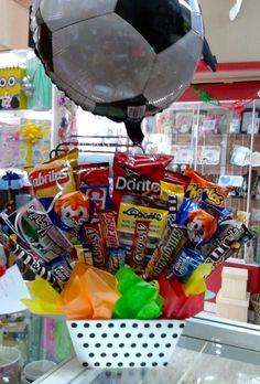 Canasto con dulces, botana y globo a tu elección, en Regalos Amer. www.regalosamer.com.mx