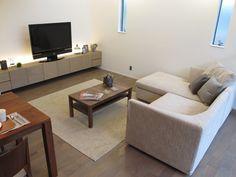 グレー色の床材にウォールナット材の家具でコーデ Decor, Furniture, Sectional, Home, Interior, Couch, Sectional Couch, Home Decor