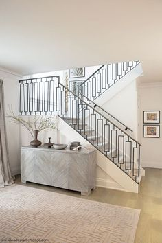 Image in H O U S E S - R O O M S collection by Nurşen ✨ Stairway Railing Ideas, Staircase Railing Design, Wrought Iron Stair Railing, Stair Handrail, Curved Staircase, Modern Stairs, Modern Stair Railing, Villa, Interior Stairs