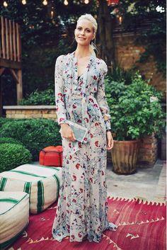 Poppy Delevingne lleva vestido largo con estampado de flores, de Erdem, y clutch de Charlotte Olympia.