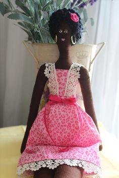 Boneca de tecido feita à mão, modelo negra/afro, vestido em tricoline estampado leopardo tons rosa, brinco de argola dourada.
