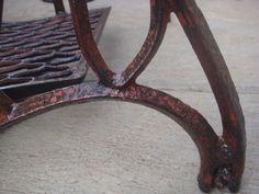 Kaki mesin jahit singer tua. Tampak detail kaki roda sudah aus karena faktor usia