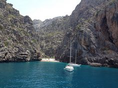 Una playa encerrada entre acantilados de 200 metros en Mallorca (Sa Calobra), en la Sierra de Tramontana.  www.recordrentacar.com