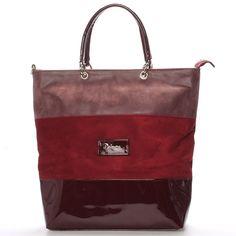 Elegantní dámská kabelka semišová s lakovanými doplňky. Kabelka má vínovou  barvu a lze ji nosit každý den. Ucha mají univerzální délku pro nošení buď  přes ... db77a443a20