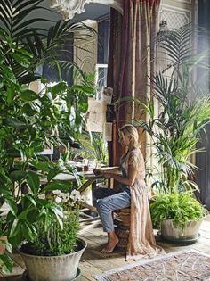 Over the years Kim and I have been fascinated by the homes of Sera Hersham-Loftus or should I s. Indoor Garden, Indoor Plants, Home And Garden, Interior Tropical, Deco Nature, Interior And Exterior, Interior Design, Decoration Plante, Deco Boheme