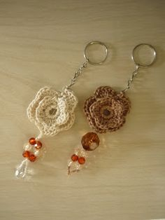 Crochet art by Lívia Costa: Keychains Crochet Diy, Wire Crochet, Crochet Gifts, Crotchet Patterns, Crochet Stitches, Crochet Keychain Pattern, Crochet Christmas Gifts, Crochet Accessories, Crochet Designs