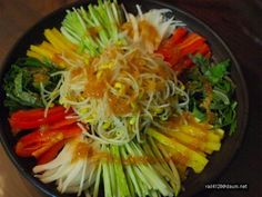 깨끗이 손질한 야채들을 비슷한 크기로채썰어 차곡히 접시에 담아 주세요~~ 겨자소스를 만들어 주시구요~~각자 입맛에 따라 새콤달콤하게 만들어주세요~~ 골고루 잘 섞어 드심됩니다~~ 아삭함과 새콤달콤함이 더위를 싹~~날려주겠죠~~ ㅎ,