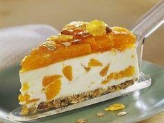 Sommerliche Mandarinen-Frischkäsetorte mit Müsliboden |  Zum Rezept: http://eatsmarter.de/rezepte/mandarinen-frischkaesetorte