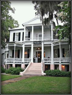 Lovely Bed and Breakfast. Cuthbert House Inn, Beaufort Built ca this wonderful home graces the Beaufort SC waterfront. Southern Mansions, Southern Plantations, Old Southern Homes, Country Homes, Low Country, Country Chic, Beautiful Homes, Beautiful Places, Antebellum Homes