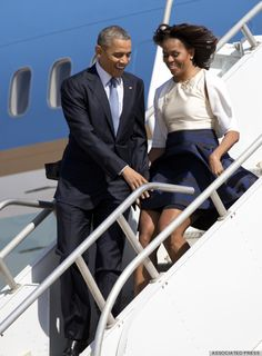 President Barack Obama & First Lady Michelle Obama disembark Air Force One on a very windy day. Obama's skirt from blowing up. Michelle E Barack Obama, Barrack And Michelle, Barack Obama Family, Michelle Obama Fashion, First Black President, Mr President, Black Presidents, American Presidents, Black Love