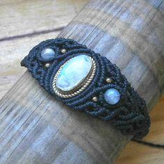 Macrame bracelet with Blue Moonstone. Labradorite jewelry. Fairy macrame armlet. Labradorite bracelet. Goddess macrame jewelry. Moonstone. de Samsaricreations en Etsy