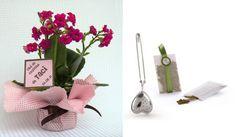 LEMBRANCINHA ECOLOGICAMENTE CORRETA. As mudinhas de planta são boas opções de lembrancinha para casamento e chá de cozinha. Pode ser uma florzinha de sua preferência ou folhas como manjericão e hortelã. Mais uma ideia criativa é o infusor para chá e saquinho de ervas. www.guia-casamentoclick.com Place Cards, Place Card Holders, Gifts, Herbs, Diy Creative Ideas, Creativity, Valentines Day Weddings, Leaves, Kitchen