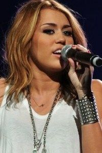 Miley Cyrus wearing Elisa Solomon blackened arrowhead necklace with rough diamonds from Roseark! #miley
