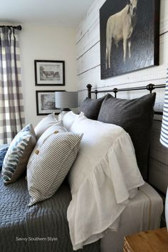Savvy Southern Style: Farmhouse Style Winter Guest Bedroom and Decorating Tips Savvy Southern Style: Winter-Gästezimmer im Landhausstil und Dekorationstipps Farmhouse Style Bedrooms, Farmhouse Bedroom Decor, Country Farmhouse Decor, Home Decor Bedroom, Modern Bedroom, Country Living, Bedroom Ideas, Bedroom Furniture, Southern Living