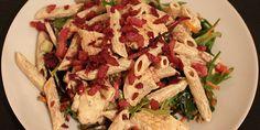 Denne klassiske pastasalat med saftig kylling og sprød bacon bliver bundet sammen af en lækker og krydret karrydressing. Retten er et sikkert hit - både til frokost og aftensmad.