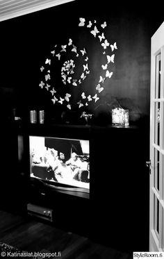 olohuone,musta seinä,seinäkoriste,spraymaali,perhoset