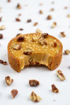 Dulcey, kava i pekan tartleti Vegan Dessert Recipes, Tart Recipes, Love Eat, Bakery Recipes, Mini Desserts, Sweet Cakes, Mini Cakes, Sweets, Food
