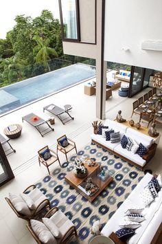 Sala integrada com piscina e vista para o mar. https://www.homify.com.br/livros_de_ideias/41180/5-projetos-de-arquitetura-com-piscinas-incriveis