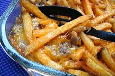 Cheeseburger and Fries Casserole. quick, easy, and filling! All the taste of cheeseburgers and french fries in each forkful. Yeah, ya never thought you'd eat a cheeseburger and fries with a fork! Great Recipes, Favorite Recipes, Delicious Recipes, Grandma's Recipes, Potato Recipes, Le Diner, Tapas, Ground Beef Recipes, I Love Food