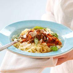 Dette er den ultimate oppskriften på skikkelig saus à la bolognese med alt som er hører med – gulrot, selleri, bacon, sjampinjong og rødvin. Lag masse – så kan du fryse ned saus i porsjonspakninger!