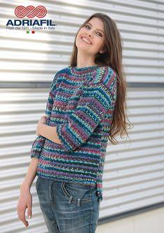 """Breien. Deze trui """"Erica"""" maak je met Adriafil Stella Jacq. Niveau beginner. De kwaliteit van 100% superwash merino afgestemd met de vrolijkheid en de veelzijdigheid van een """"easy-jacquard-effect""""; uw kleding zal een mooi gekleurd,gestreept patroon met jacquard elementen krijgen, alleen al door recht / averecht te breien.  Model en patroon staan beschreven in het patronenboek Adriafil Dritto & Rovescio Nr. 61. Adriafil_StellaJacq_Erica.jpg"""