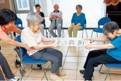 新聞紙を引っ張ってどっちが大きい?|高齢者介護をサポートするレクリエーション情報誌『レクリエ』
