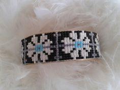 petites fleurs en perles miyuki, collées sur un bracelet en laiton qui s'adapte très facilement à tous les poignets : Bracelet par yedura