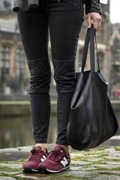 Baskets New Balance bordeaux + jean style motard noir : http://www.taaora.fr/blog/post/tenue-avec-des-new-balance-rouges-bordeaux-jean-noir-biker-empiecement-matelasse-genoux #look
