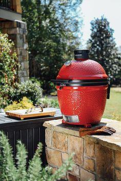 Barbecue de type fumoir au charbon de bois, le Kamado Big Joe est fait d'acier galvanisé. Il possède deux déflecteurs de chaleur à cuisson demi-lune en céramique. ... The Kamado Big Joe is a charcoal smoker made of galvanised steel. It has two half-moon ceramic heat deflectors. Kamado Grill, Kamado Joe, Bbq Reviews, Barbecue, Cooking Gadgets, Charcoal Grill, Outdoor Gardens, Classic, Kitchen