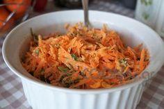 Καροτοσαλάτα με δροσερή σως γιαουρτιού - Συνταγή εύκολες - Σχετικά με Σαλάτες, Σαλάτες ωμές - Ποσότητα 4 άτομα - Χρόνος ετοιμασίας λιγότερο από 30 λεπτά Macaroni And Cheese, Food And Drink, Appetizers, Rice, Sweets, Meat, Cooking, Ethnic Recipes, Salad Dressings