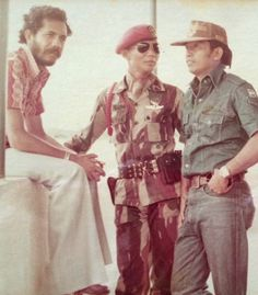East-timorese talking with indonesian troops. Timor Timur, Rare Historical Photos, Armed Forces, Troops, Old Photos, Dan, Army, Military, History