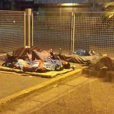 VENEZUELA ES EL ÚNICO PAÍS DEL MUNDO DONDE LA GENTE DUERME LA NOCHE ANTERIOR FRENTE AL MERCADO PARA COMPRAR COMIDA. pic.twitter.com/Mii5Um9oUU