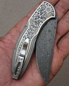 A nice toy from the boss's collection     belo brinquedo da colecao do chefe. Uma aula de gravura em metal .... #knifeporn #knifecollectors #usnfollow #cutelaria #canivetes #edc #customknife #luxury #forbes #engraving #damascussteel #knives #stainlessdamascus