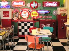 🖤luv it-🖤so retro🖤 Vintage Diner, Retro Diner, Vintage Kitchen, Rockabilly, Cafeteria Retro, Coca Cola, Diner Aesthetic, Diner Decor, American Diner