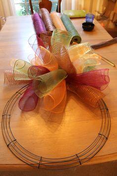 Miss Kopy Kat: How To Make A Curly Deco Mesh Wreath. My next DIY craft is a deco mesh wreath. Cute Crafts, Fall Crafts, Holiday Crafts, Crafts To Make, Diy Crafts, Burlap Crafts, Wreath Crafts, Diy Wreath, Wreath Ideas