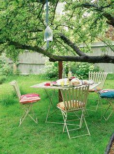 Mesa no quintal - Table at backyard Outdoor Parties, Outdoor Rooms, Outdoor Dining, Outdoor Furniture Sets, Outdoor Decor, Keep Bugs Away, Patio Bar Stools, Backyard Picnic, Living Etc