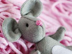 Filcowa myszka może zostać najlepszym przytulakiem nawet najmniejszego dziecka :)