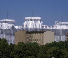 Juni 1995:Der verhuellte Reichstag hinter einem unsanierten Altbau