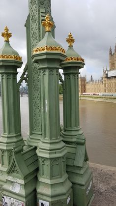 The base of the lanterns on Westminster Bridge, built in Gothic style, as was the palace here in the background  #westminsterpalace #westminsterbridge #original #greenlantern #lamppost #thisislondon #welovelondon #instalondon #visitlondon #londonsouvenirs #mylondonsouvenirs