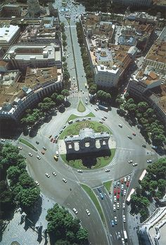A lo largo de la Calle Alcalá. De abajo a arriba, el Parque del Retiro, su intersección con la Calle Serrano, el Palacio de Telecomunicaciones y Cibeles.