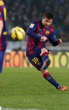 Messi ejecuta una falta que se fue fuera