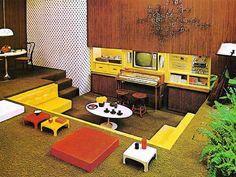 Tipico living d'epoca con divano in muratura a pozzetto e dove si distingue un tavolino Tulip.... Foto-gallery e immagini