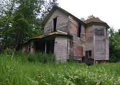 Abandoned house in Latourelle, Oregon. Abandoned Farm Houses, Abandoned Property, Abandoned Mansions, Old Buildings, Abandoned Buildings, Abandoned Places, Creepy Old Houses, Old Barns, Haunted Places